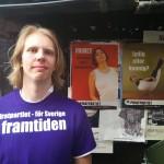 Partiets skolpolitiske talesperson, Erik Einarsson, poserar med PP-affischer.