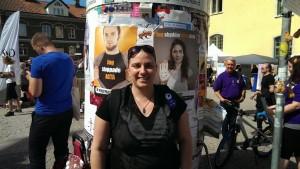 Jag poserar framför våra affischer på Donners plats.